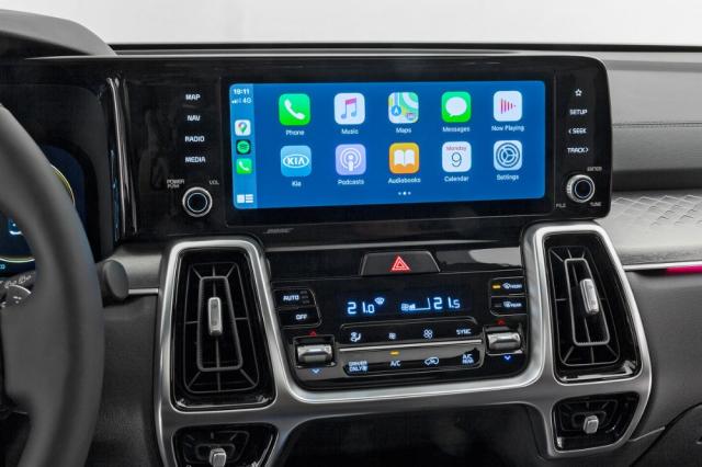 Řešení Kia UVO Connect přináší řadu funkcí opírajících se o trvalé připojení automobilu k internetu