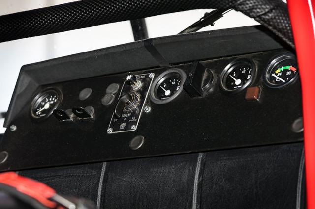 Středový panel obsahuje palivoměry přídavných nádrží nebo ukazatel napětí