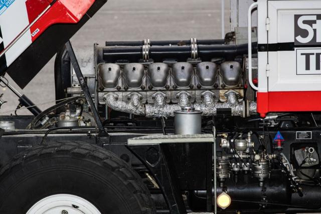Dvanáctiválcový motor o objemu 19 l dostal pro nasazení v závodech jiné hlavy, písty, pístní kroužky i ojnice. Za přední nárazník byl také přidán chladič oleje