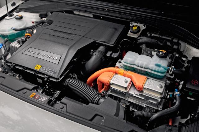 V současnosti existují tři elektrifikované pohony: hybrid, plug-in hybrid ačistě elektrický pohon