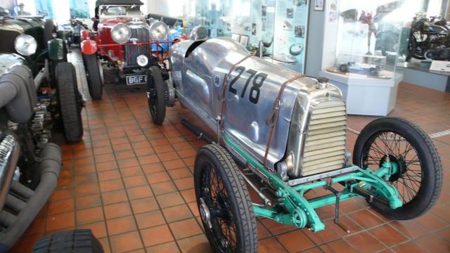 """Aston Martin """"Razor Blade"""" (Žiletka), 1923, byl jednomístný závodní speciál postavený pro okruhové závody. Šestnáctiventilový motor 1,5litru pocházel z vozu Grand Prix roku 1922, aerodynamickou hliníkovou karosérii dodal letecký výrobce Havilland Aircraft Company"""