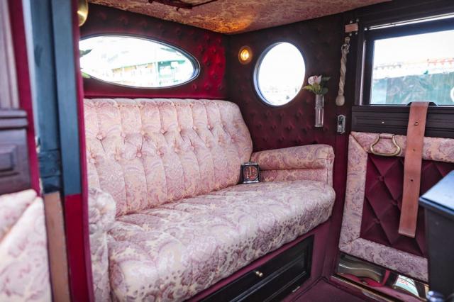 Jestliže řidič vpředu měl omezenou úroveň komfortu, vzadu si naopak cestující užívali pohodlí luxusního, bohatě čalouněného interiéru