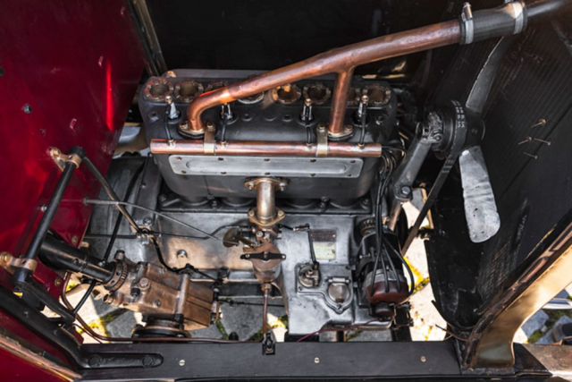 Jednoduchý čtyřválec o objemu 2,8 litru dosahuje výkonu 20 koní. Vyniká pravidelným během a dostatečným výkonem