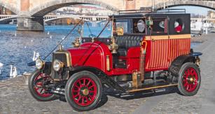 Při renovaci došlo kdoplnění vozu odobové osvětlení a další funkční iozdobné prvky, většinou mosazné
