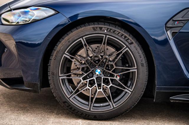 Nová generace modelů M3/M4 používá vpředu o palec menší ráfky než vzadu (podobně jako varianty CS a GTS předchozí generace). Ocelové brzdy (na fotografii) lze na přání nahradit karbon-keramickými