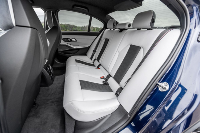 Zadní sedadla poskytují prostor i komfort odpovídající běžným sedanům BMW řady 3