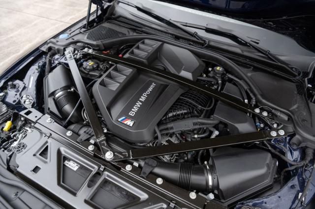 Řadový šestiválec se pro modely M3/M4 dodává s výkony 353 kW (480 k) a 375 kW (510 k). Přesunutí chladiče stlačeného vzduchu vlevo (pohled po směru jízdy) vedle motoru umožnilo přes motor umístit jednu z výztuh přední části