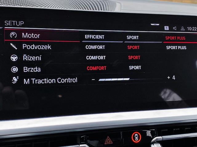 Všechna nastavení jízdních systémů jsou na jedné obrazovce na centrálním displeji, včetně nastavení intenzity protiprokluzového systému. Dvě konfigurace lze uložit pod tlačítky rychlé volby na volantu
