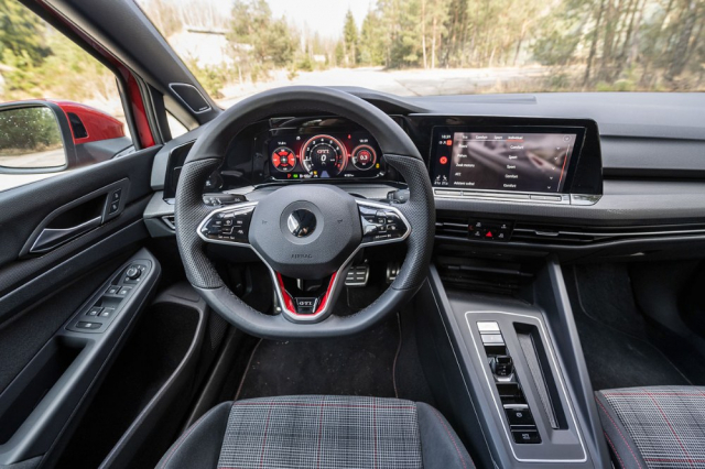 Varianta GTI má uvnitř nápadné červené doplňky. Pozice za volantem je na sportovních sedadlech příkladná