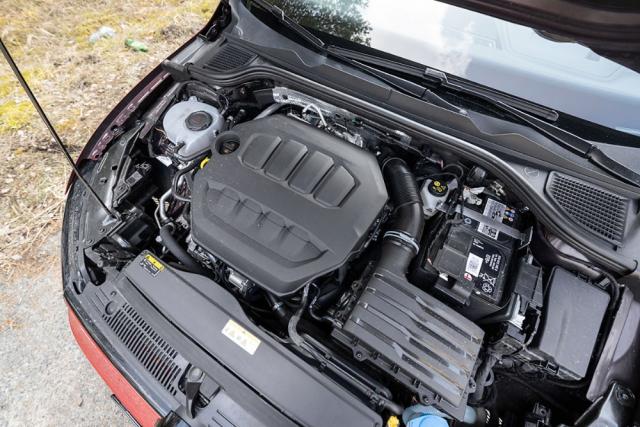 Oba motory používají podobně uspořádané příslušenství v motorovém prostoru. V obou případech jde o nejnovější generace pohonných jednotek plnících nejpřísnější emisní normy Euro6d