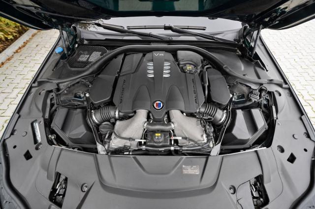 Motor 4,4 l V8 získal zásluhou zvětšených turbodmychadel, upravené elektroniky apřepracovaného výfuku oproti jednotce vBMW 750i dalších 57 kW (78 k) a 50 N.m