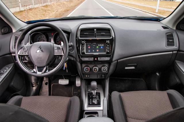 Interiér je funkční, ale svá léta typ ASX na rozdíl od vnějšku karoserie nezapře