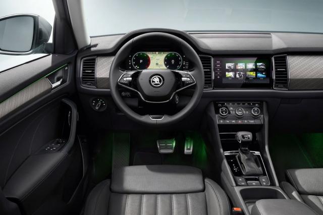 Novinkou interiéru je například dvouramenný volant, obkladové materiály a volitelně také ventilovaná masážní sedadla
