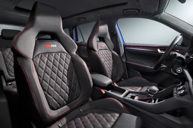 Sportovní sedadla verze RS mají opticky propojenou opěrku hlavy s opěradlem