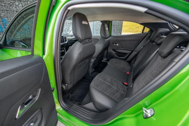 Zadní sedadla jsou nabídkou prostoru spíše průměrná, nicméně třeba pro převoz dětí bez potíží postačují