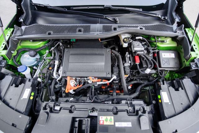 Pod tíhttps://www.automobilrevue.cz/obrazek/60994bc74b860/dsc-4578.jpgmto plastovým krytem verze Mokka-e je umístěna výkonová elektronika elektrického pohonu a až pod ní elektromotor