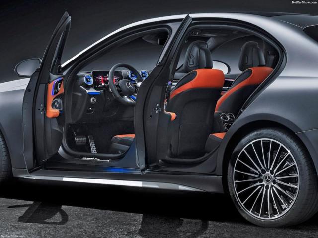 Je to zmenšenina velké třídy S (W223): nový sedan a kombi třídy C aplikují její špičkové technické prvky, a dokonce vycházejí ze stejné platformy MRA 2