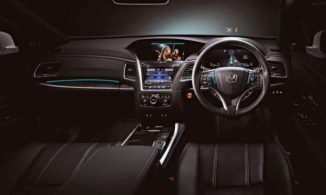 Automatický režim jízdy indikují světle modré svítilny na volantu a palubní desce, vše doplňují přístroje se zobrazením aktuální dopravní situace