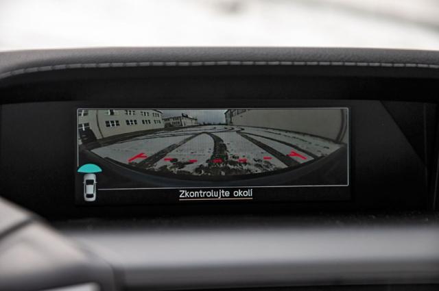 Čelní kamera je jednou z dílčích novinek modelového roku 2021. Usnadňuje orientaci vnepřehledných křižovatkách