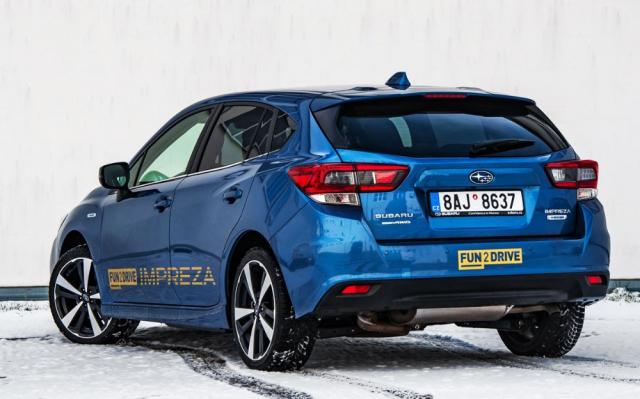 Od roku 2018, kdy aktuální generace typu Impreza dorazila do Evropy, se po stránce designu nezměnilo prakticky nic. Nebylo to potřeba. Na systém e-Boxer upozorňují pouze malé štítky