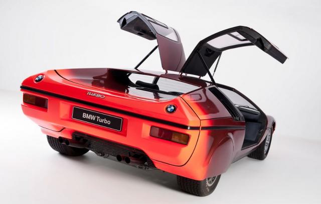 Zakrytá zadní kola byla specifikem pozdější verze studie Turbo, představené v roce 1973 naIAA ve Frankfurtu