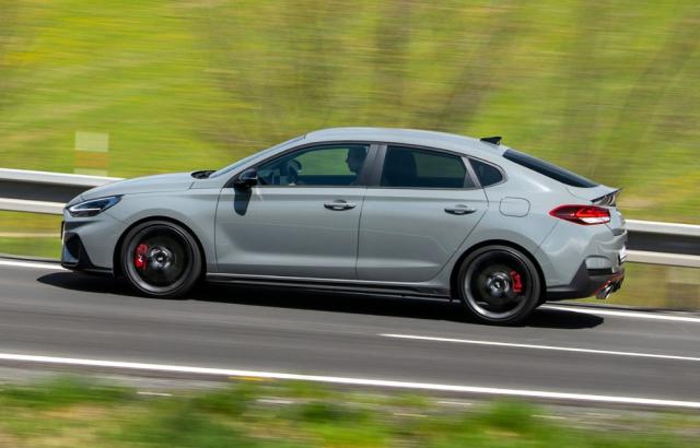 Varianta Fastback je v segmentu sportovních vozů s předním pohonem unikátem, oproti hatchbacku těží z menší výšky a lepšího rozložení hmotnosti