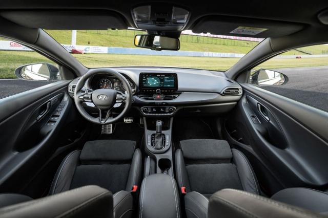 Specialitami verzeN zůstávají vynikající sedadla avolant s tlačítky pro volbu jízdních režimů a další nastavení. Novinkou je modernější infotainment snavigací.