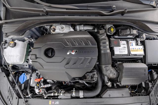 Motor varianty Performance je citelně silnější než dříve, jeho točivý moment se stále spolehlivě přenáší na vozovku
