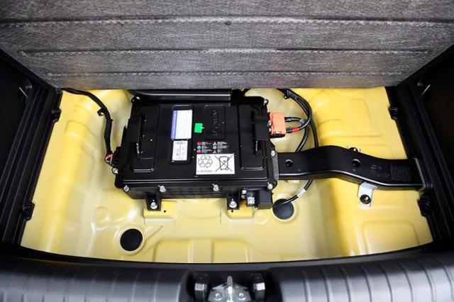 Jádrem 48V mild hybridního pohonu je akumulátor uložený v prostoru pro rezervní kolo