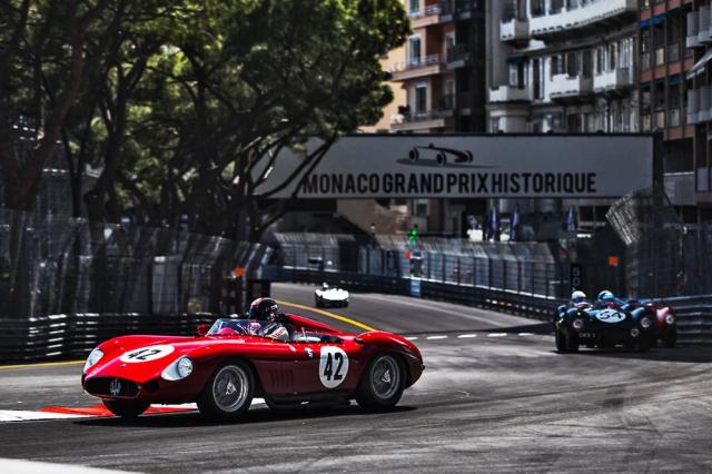 Jeden z nejlepších bojů víkendu: vítězné Maserati 300S následované Jaguarem D-Type