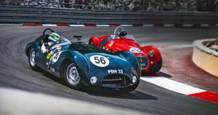 Ostré souboje: rudé Maserati A6GCS bojuje o pozici s černým Cooper-Jaguarem T33. Sportovně-závodním vozům z 50. let patřila třída C