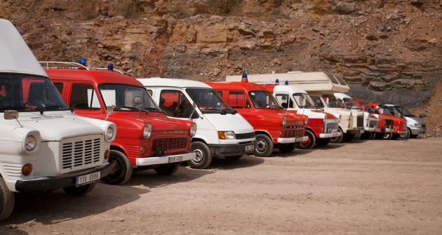 Pevnou součástí klubového mobiliáře jsou užitkové vozy Ford Transit