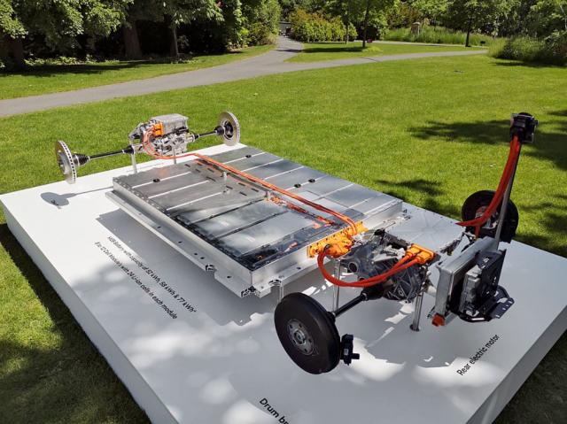 Enyaq iV 80x má elektromotor také na přední nápravě, v tomto případě však asynchronní