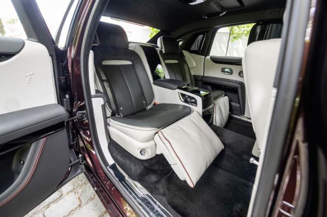 Vzadu je připraven maximální komfort, který kromě samotných sedadel vytváří i skutečnost, že hlavy posádky jsou ukryté až za malými okénky. Mezi sedadly je umístěna lednice