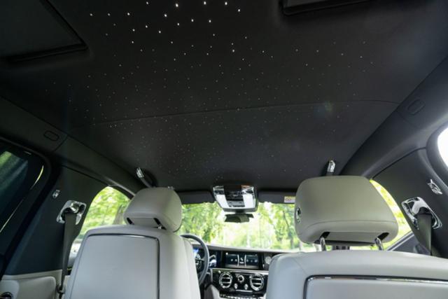 Samozřejmě, že i Ghost může mít zapříplatek (odpovídající ceně dobře vybaveného Hyundai i20) hvězdnou oblohu svíce než 1800 zatmavitelnými světelnými body