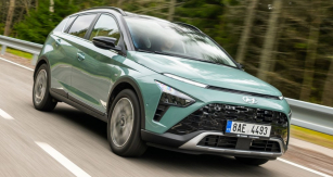 Hyundai Bayon velmi zdařile kombinuje moderní nápady a řešení srobustními, důvěru budícími proporcemi