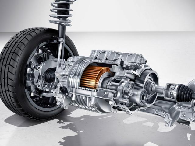 Asynchronní elektromotor vpředu tvoří sjednostupňovým převodem a diferenciálem jeden celek a je umístěn před přední nápravou