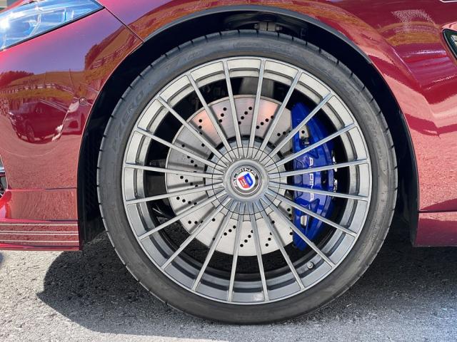 Alpina u modelu B8 zvětšila o 20 mm průměr kol z 685 na 705 mm. Typická kovaná kola jsou navíc velmi lehká