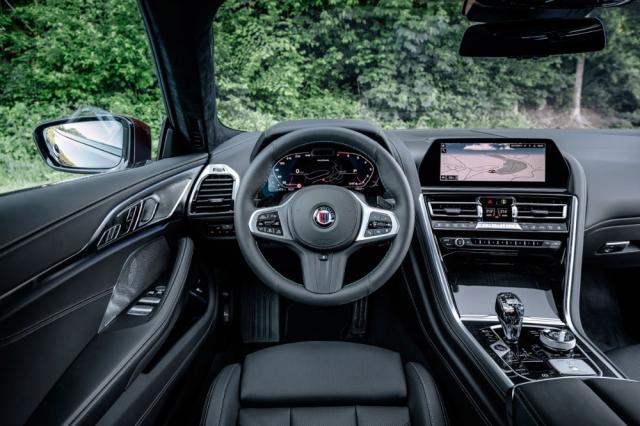 Palubní deska má uspořádání jako výchozí BMW řady 8, přístroje však mají vlastní grafiku s převládajícími modrými tóny a nechybí ani volant s prošíváním v typických barvách značky