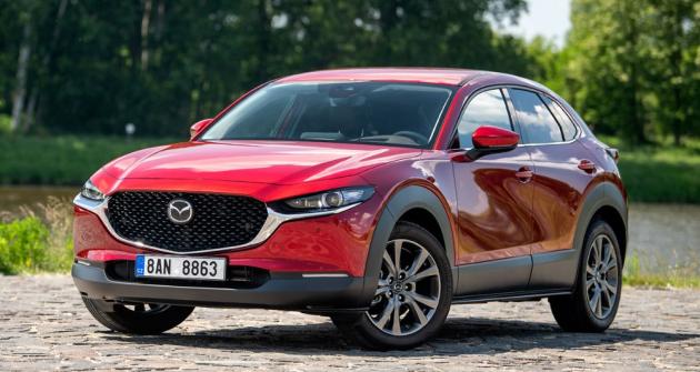 Mazda CX-30 je pohledným kompaktním crossoverem se zvýšenými sedadly, vynikajícími jízdními vlastnostmi a nově i citelně vylepšeným nejvýše postaveným motorem
