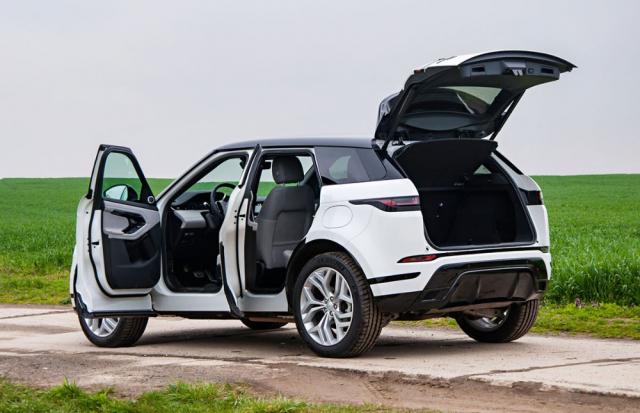 Range Rover Evoque byl vždy více o designu než opraktičnosti. Aktuální druhá generace na tom nic zásadního nezměnila. Elektrická část pohonu však vnitřní prostor nijak neomezuje