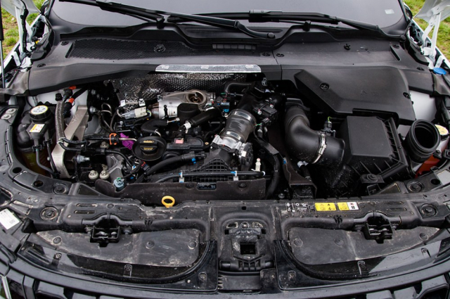 Základem hnacího řetězce je tříválcový agregát AJ20-P3. V běžných rychlostech je vše vnaprostém pořádku, nad 150 km/h ale končí elektrická pomoc a pak má spalovací motor s těžkým crossoverem dost práce