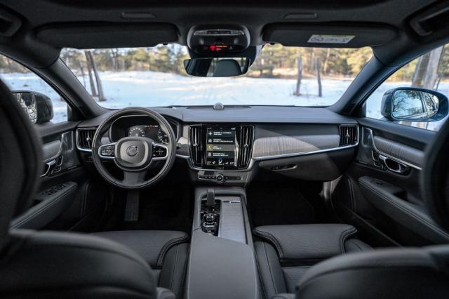 Interiér modelu V90CC nevybočuje zklasického stylu vozů Volvo