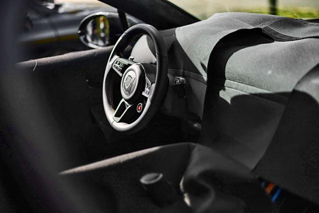 Novinkou interiéru bude hlavně červené tlačítko pro maximalizaci zrychlení, umístěné na volantu