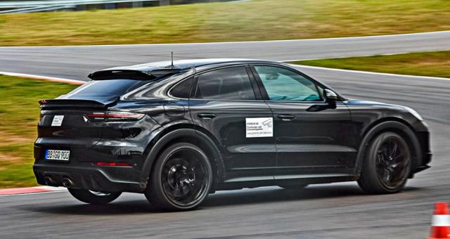 V porovnání smodelem Cayenne Turbo jsou 22palcová kola vpředu o 0,5 palce širší a odtrhová hrana spoileru nad zadními skupinovými svítilnami je o25 mm delší