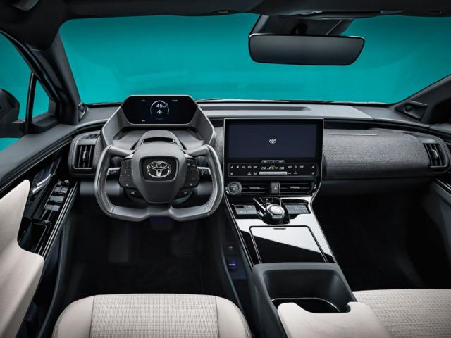Interiér konceptu Toyota bZ4X v sériovém provedení dostane volant, ale jeho pojetí by mělo sdílet i budoucí elektrické Subaru