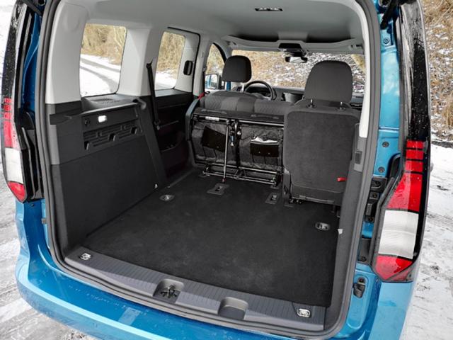 Zadní sedadla lze sklápět, ale také zcela demontovat. Zavazadlový prostor pak pojme více než 2,5 m3 nákladu