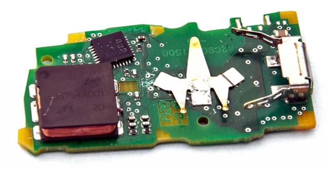 Druhá strana základní desky obsahuje kromě baterie především cívku využívanou kpříjmu signálu zvozu v rámci bezklíčkového odemykání