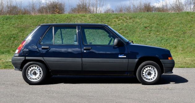 Profil, který si nikdo nesplete. I po letech dělá malý Renault, zde ve verzi Supercinq a edici Saga, velkou parádu. A to za pár korun