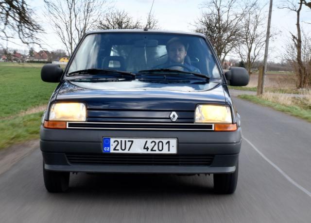 Klasický tvar Renaultu 5 s drobnými proměnami vydržel ve výrobě celých 24 let. I dnes ho pozná každý